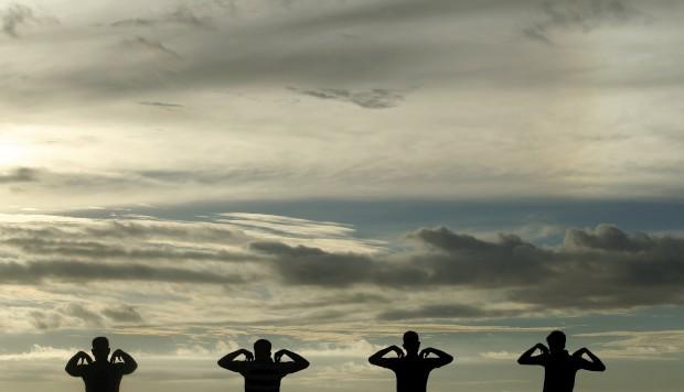 SRI LANKA, 9.1.2013. Em exercícios em Colombo ao pôr-do-sol
