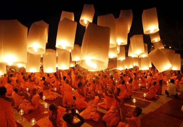 TAILÂNDIA, 9.1.2013. Monges budistas lançam lanternas de papel para os céus num templo de Suphan Buri