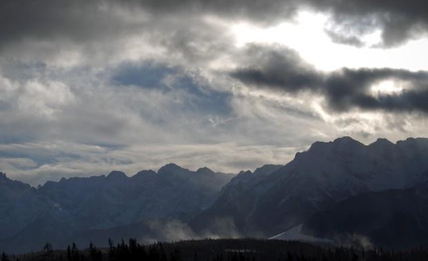 POLÓNIA, 10.1.2013. A neve e o vento nas montanhas Tatra perto da fronteira com a Eslováquia