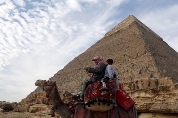 EGIPTO, 12.1.2013. Em frente à pirâmide de Giza, perto do Cairo