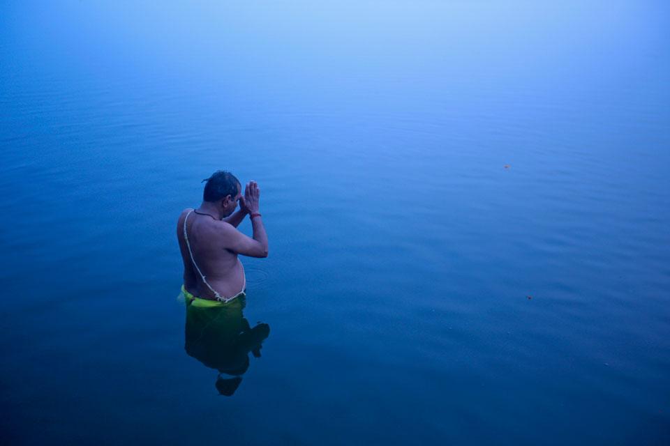 ÍNDIA, 12.1.2013. No Ganges, em devoção ao deus sol. Em Varanasi
