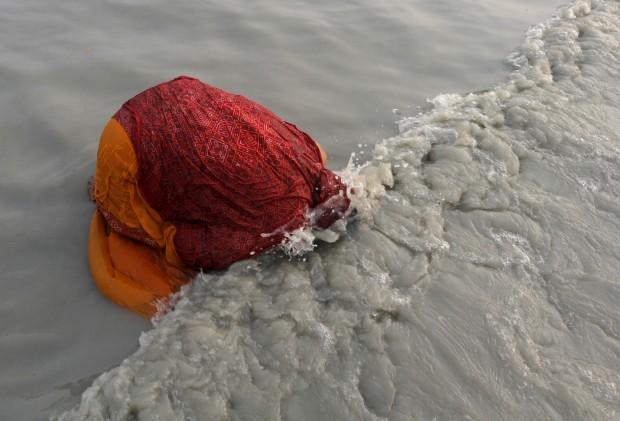 ÍNDIA, 14.1.2013. Uma peregrina no Ganges
