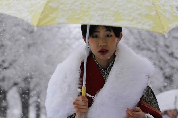 JAPÃO, 14.1.2013. Uma japonesa em quimono numa cerimónia tradicional dedicada aos jovens que passam a adultos quando atingem os 20 anos. No parque Toshimaen, numa Tóquio sob nevão