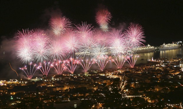 PORTUGAL, 1.1.2013. Uma vez mais, um gigantesco show pirotécnico na baía do Funchal