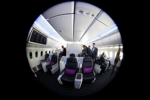 A espiar o interior de um Boeing 787 Dreamliner estacionado em Long Beach, Califórnia, EUA