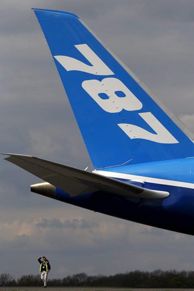 Um engenheiro sob a cauda do 787 em Manchester