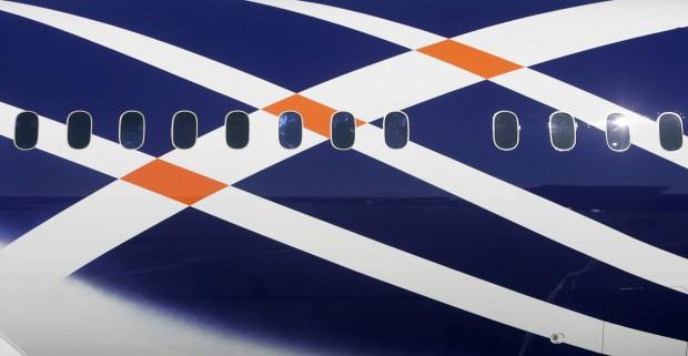 Detalhe do primeiro Dreamliner entregue pela Boeing: foi em Setembro 2011. Aqui, um mês antes, a sair da sua pintura final