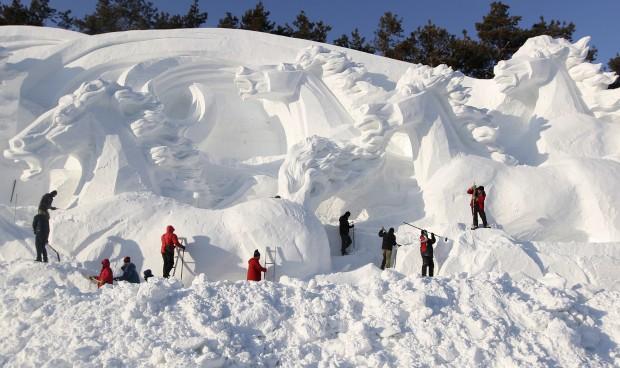 Esculturas para o festival de esqui do parque Jingyuetan, em Changchun