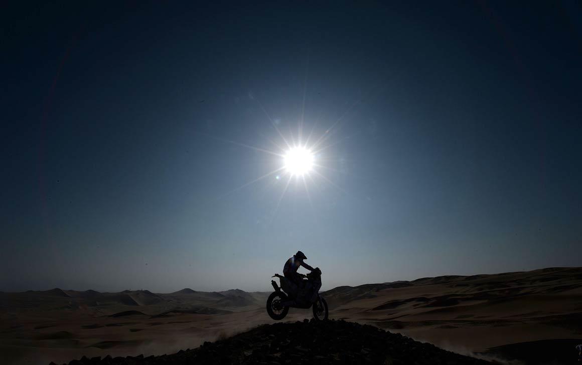 Um motard na etapa entre Pisco e Nazca, no Peru