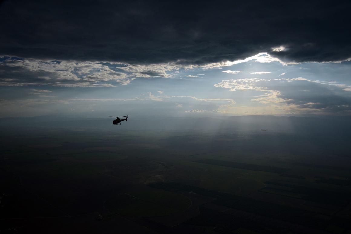 Um helicóptero entre Tucuman e Cordoba, na Argentina