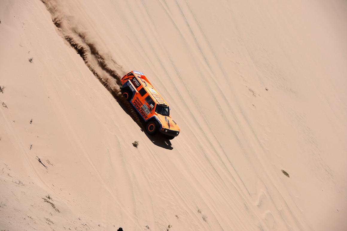 Roby Gordon duna abaixo, rumo a Copiapo, no Chile