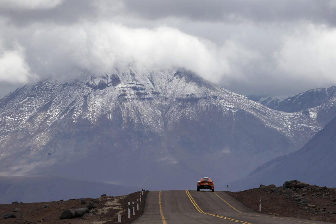 Um carro e as montanhas chilenas