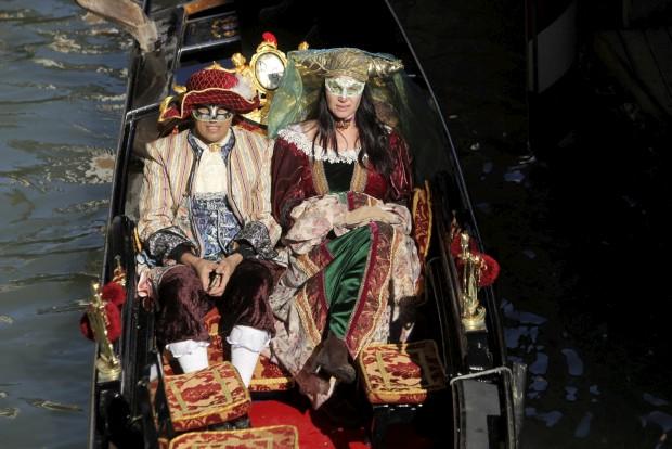 Um casal em gôndola carnavalesca