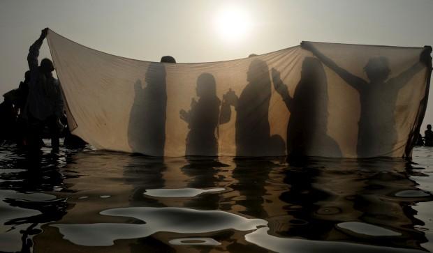 ÍNDIA, 14.01.2013. Rituais após um banho sangrado na ilha de Gangasagar, a cerca de 160km de Calcutá, durante o  festival Gangasagar Mela