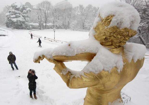 ÁUSTRIA, 17.01.2013. Uma estátua de Strauss gelada no Stadtpark, em Viena