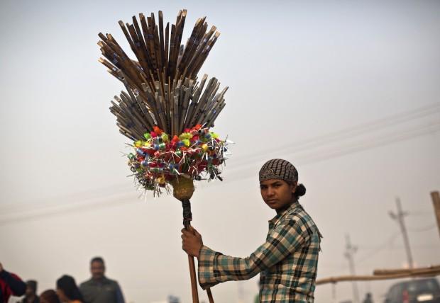 ÍNDIA, 15.01.2013. Um vendedor de flautas junto ao Ganges, em Allahabad