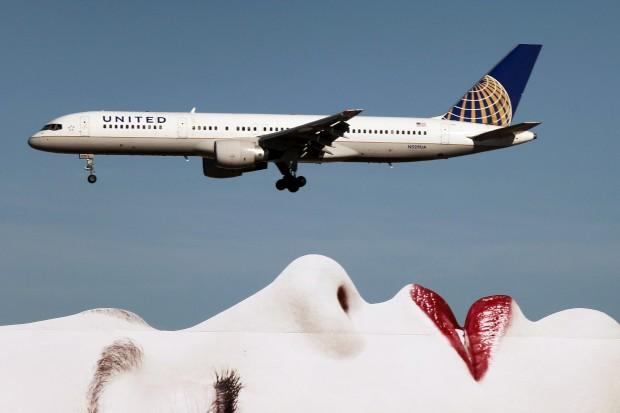 EUA, 17.01.2013. Um Boeing 787 Dreamliner da United Airlines passa sobre um anúncio em Los Angeles na aproximação ao aeroporto internacional da cidade