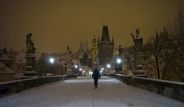R. CHECA, 18.01.2013. Pela neve, na ponte medieval Carlos em Praga