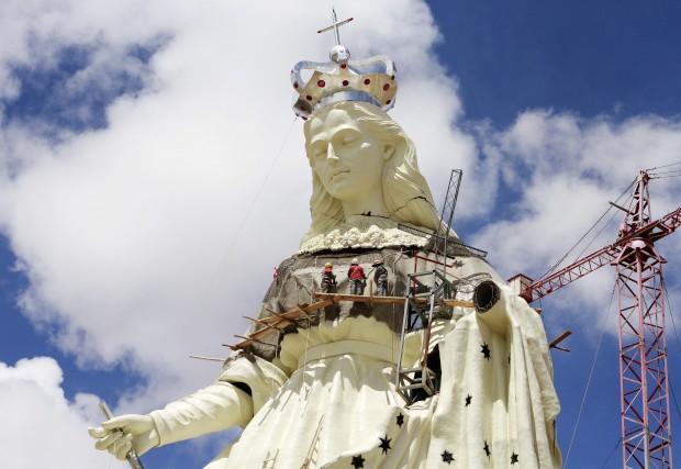 BOLÍVIA, 18.01.2013. No decurso dos trabalhos na estátua da Virgem de Socavon (patrona dos mineiros), a ser construída no monte de Santa Bárbara, perto de Oruro. Tem 45m de altura e está a 3850m de altitude.