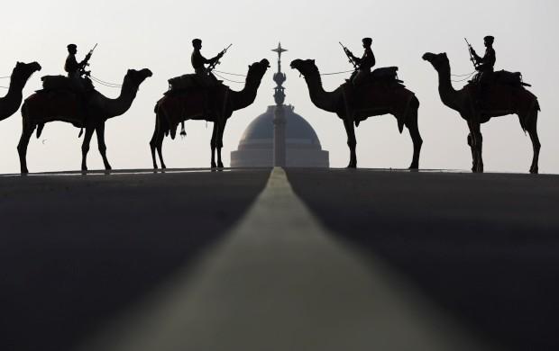 ÍNDIA, 19.01.2013. A força de defesa da fronteira nos seus camelos frente ao palácio presidencial Rashtrapati Bhavan, em Nova Deli, durante as comemorações do Dia da República Indiana