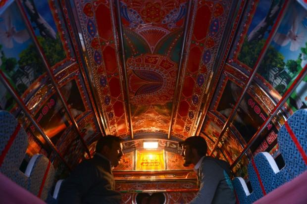 PAQUISTÃO, 20.01.2013. Viagem numa das carrinhas tradicionalmente decoradas, em Rawalpindi. Autocarros, carrinhas e muitos mais veículos são decorados profusamente