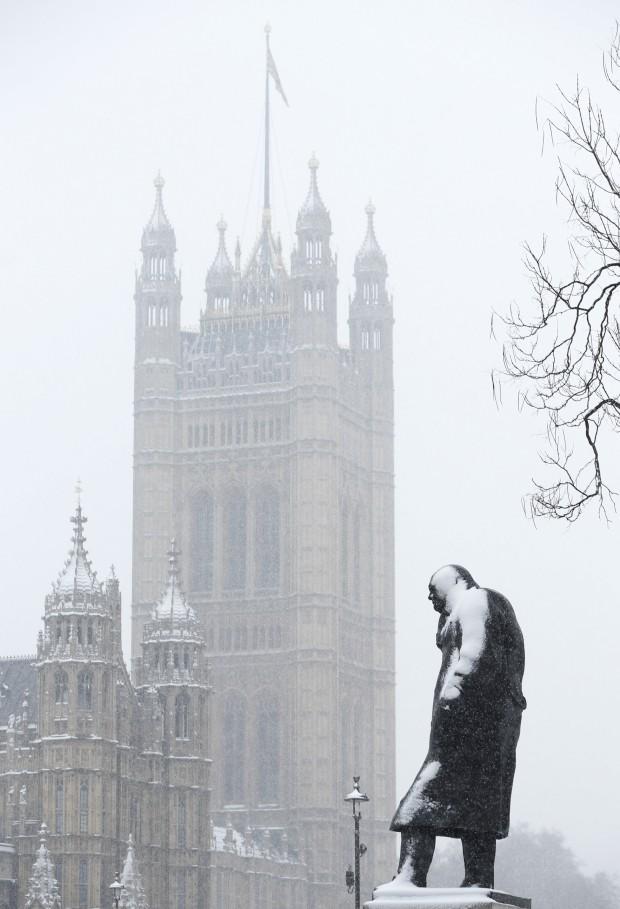 REINO UNIDO, 20.01.2013. A estátua de Winston Churchill coberta de neve perto do Parlamento em Londres