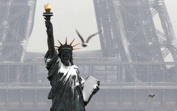 FRANÇA, 20.01.2013. Réplica parisiense da Estátua da Liberdade perto da Torre Eiffel