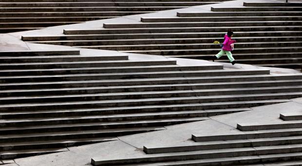 CANADÁ, 7.02.2013. Uma rapariga corre por escadas desenhadas para facilitar a movimentação de cidadãos em cadeiras de rodas. Em Vancouver.