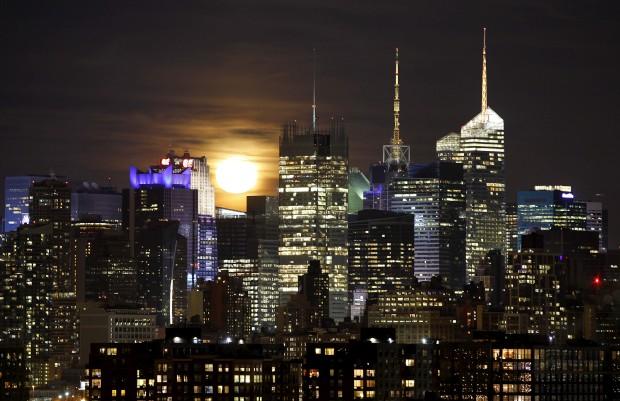 EUA, 27.01.2013. Lua sobre Manhattan, em Nova Iorque