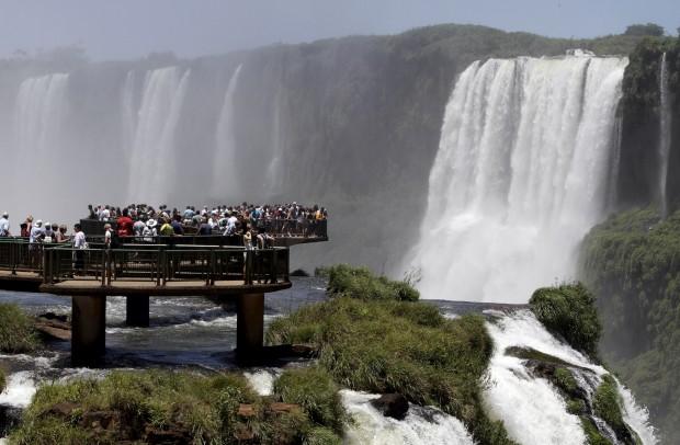 BRASIL, 27.01.2013. Turistas admiram as Cataratas de Iguaçu