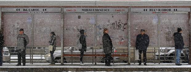 ROMÉNIA, 28.01.2013. A aguardar o transporte durante uma tempestade de neve em Bucareste