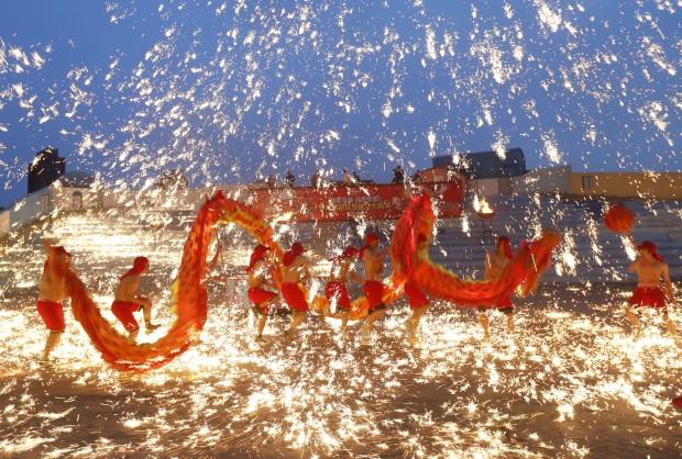 CHINA, 10.02.2013. A dança do dragão das celebrações do Ano Novo chinês em Pequim