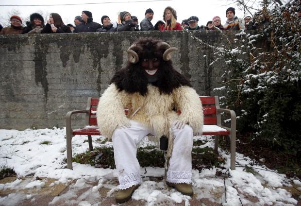 HUNGRIA, 10.02.2013. Um mascarado como manda a tradição do Carnaval Buso em Mohacs, no sul da Hungria