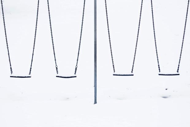 REINO UNIDO, 11.02.2013. Beleza geomética: baloiços aguardam as crianças num parque nevado em Lyminge