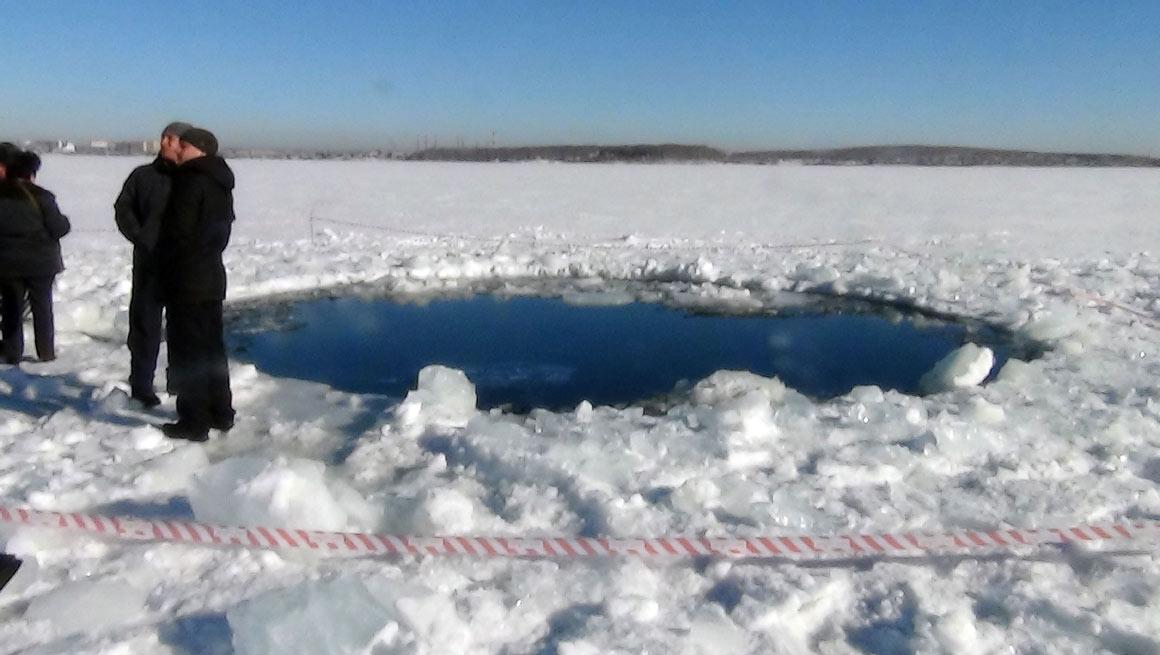 Um buraco de seis metros no lago Chebakul, provocado pela queda de um meteorito