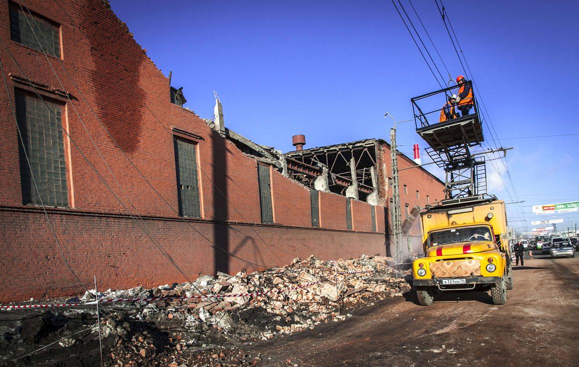 Uma fábrica destruída pela onda de choque gerada pelo meteoro