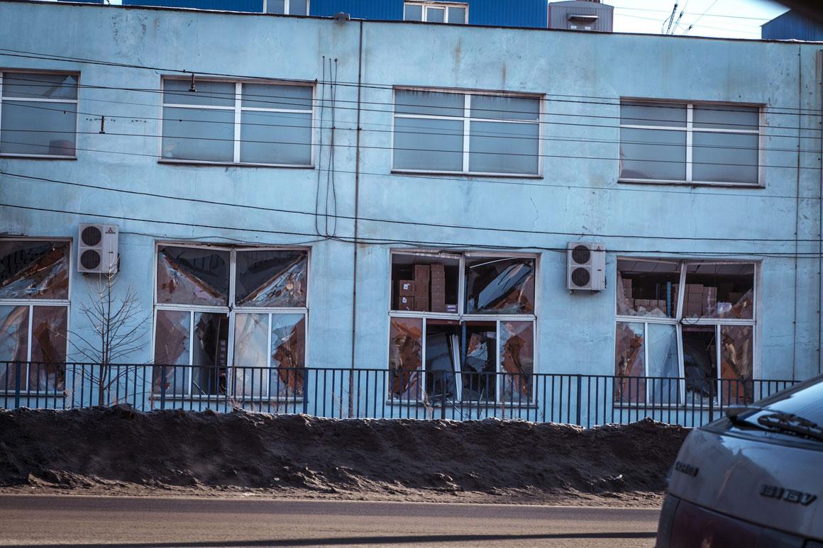 Janelas de uma fábrica destruídas pela onda de choque gerada pelo meteoro
