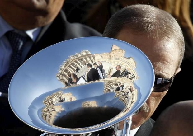 A Basílica de São Pedro reflectida na tuba de um músico durante uma das audiências semanais do Papa