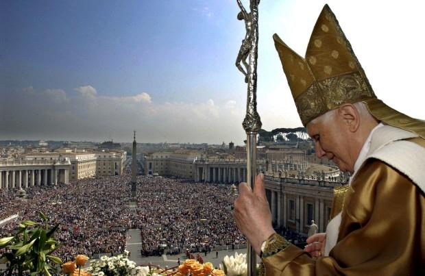 O Papa Bento XVI e uma praça tornada mar de gente. Urbi et Orbi na Páscoa de 2007.