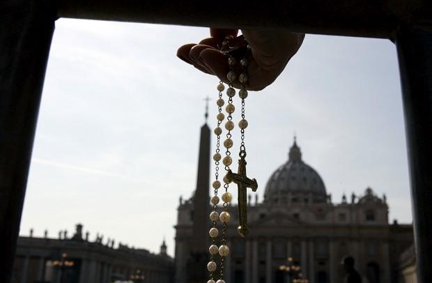 A mão de um crente segura o rosário na praça de São Pedro