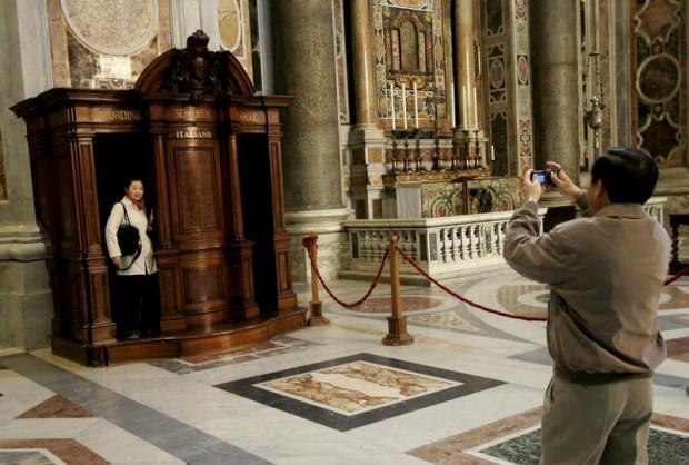 Os turistas. Aqui, em pose num confessionário da Basílica