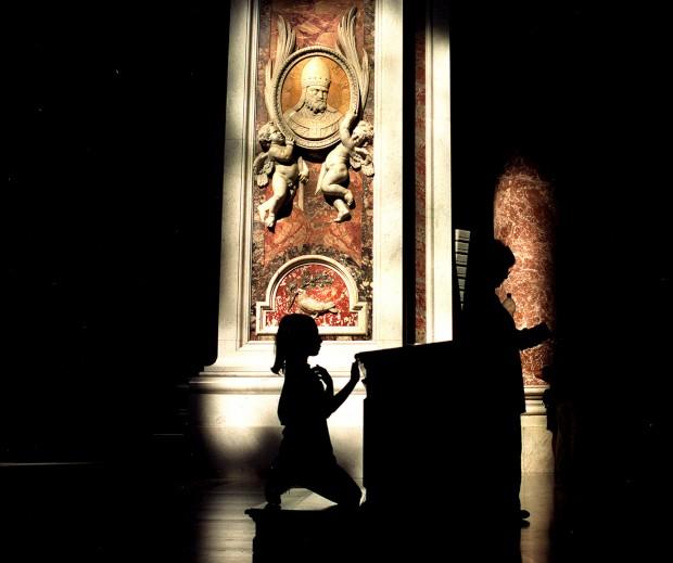 Momento de oração de uma jovem na Basílica