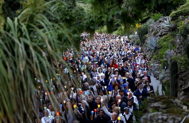 Procissão em Maio, mês de Maria, nos Jardins do Vaticano