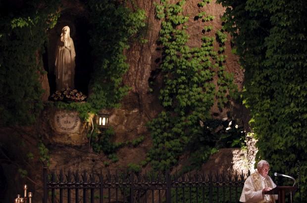 Nos Jardins do Vaticano, uma réplica da Gruta de Lourdes