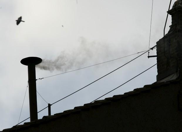 É esta chaminé, sobre a Capela Sistina, que os olhos do mundo fixam quando é tempo de escolher novo Papa. Fumo branco equivale a novo chefe da Igreja. Neste caso, a foto captou o fumo branco que sinalizou a eleição de Ratzinger, a 19 de Abril de 2005