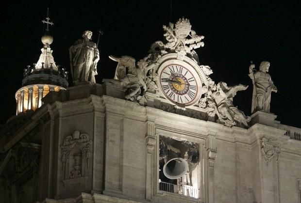 O relógio do Vaticano na praça de São Pedro