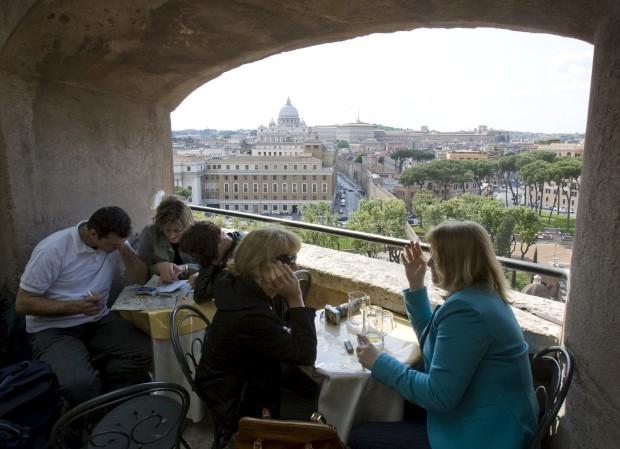 Turistas na esplanada-varanda do Castelo de Sant' Angelo