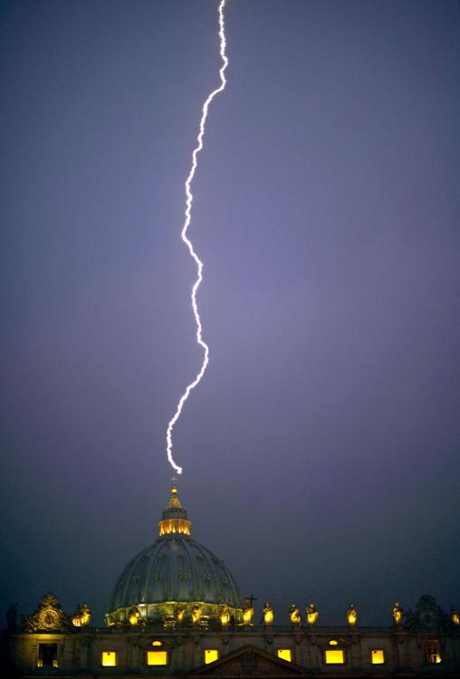 O raio: No mesmo dia da resignação de Bento XVI, um raio captado na Basílica horas depois