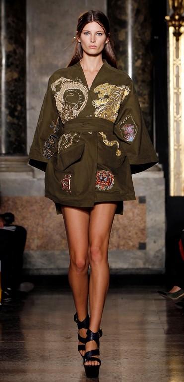 A tendência oriental vista aqui num look quimono no desfile da marca Pucci