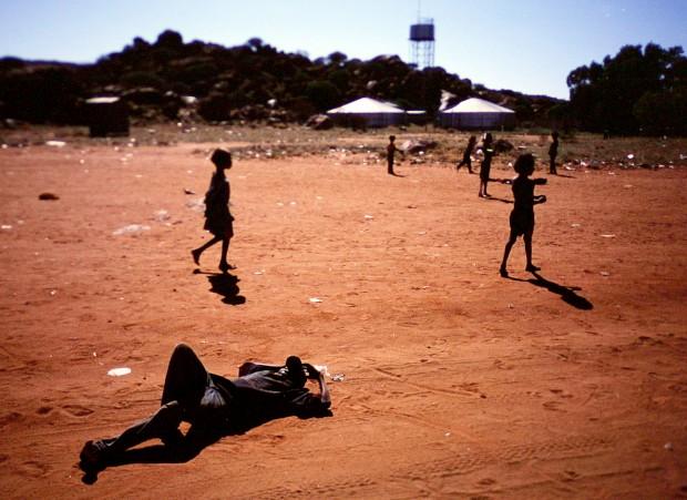 Crianças aborígenes brincam numa reserva do Grande Deserto de Vitória, perto de Alice Springs